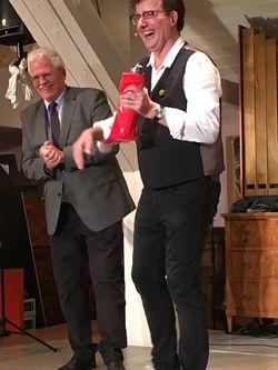 Fest- und Flüssiggabe für Christop Brüske vom Vorsitzenden des SPD-Ortsvereins Ulrich Galinsky